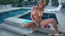 Charlie Sheen's Ex fingert sich am Pool zum Orgasmus