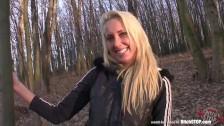 Blonde Joggerin angequatscht und im Wald geil gefickt