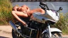 Scharfe Maus macht es sich selbst outdoor auf dem Motorrad